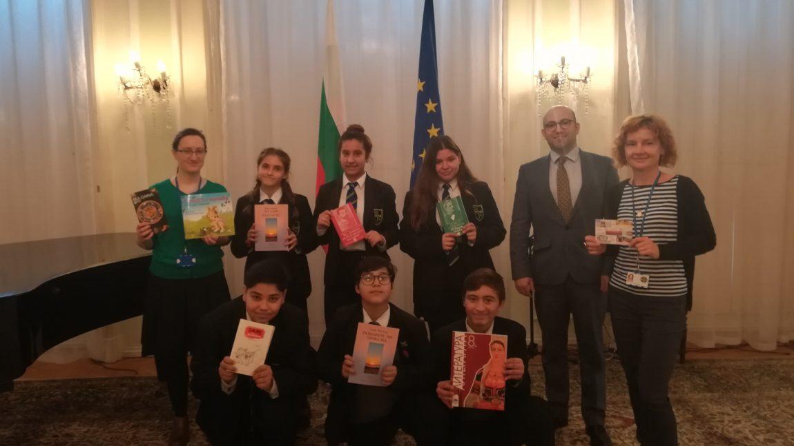 """Учители и български ученици от училище """"Грейг сити академи"""" посетиха Посолството"""